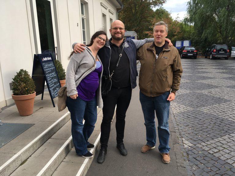 3 Autoren vor dem Wirtshaus